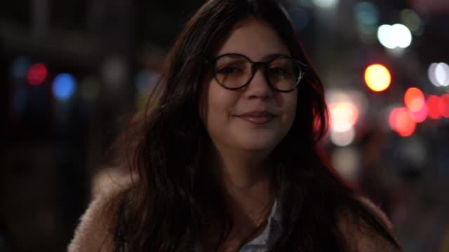 stockvideo's en b-roll-footage met portret van het meisje in de stad bij nacht - vrouwelijkheid