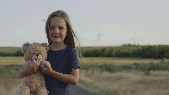 vídeos de stock e filmes b-roll de girl posing in front of camera with teddy bear - teddy bear