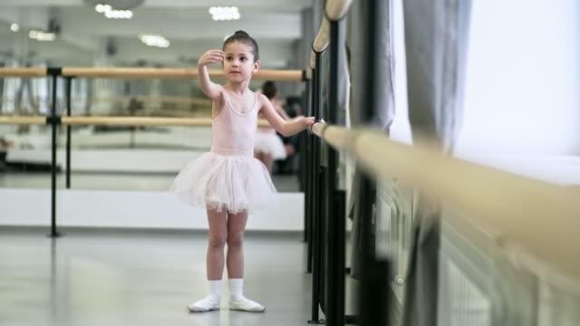 女の子を練習して腕の動き - チュール生地点の映像素材/bロール