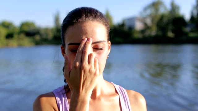 Mädchen die Atemtechnik im Yoga zu üben. – Video