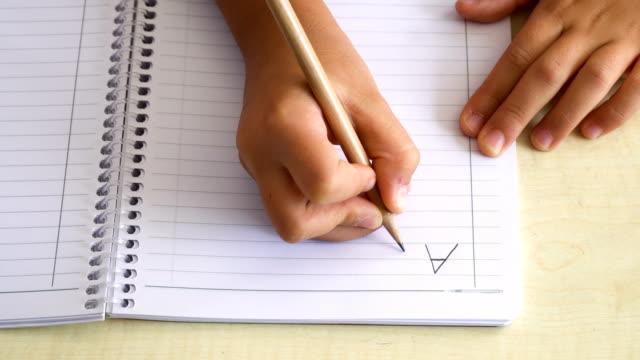 flicka öva skrivande - linjerat papper bakgrund bildbanksvideor och videomaterial från bakom kulisserna