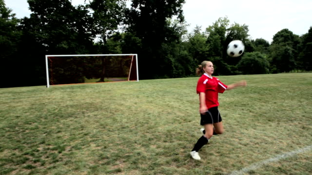stockvideo's en b-roll-footage met girl practising soccer - tienermeisjes