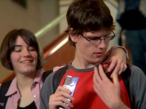 pal-mädchen nimmt eine gesunde trick - teenage friends sharing food stock-videos und b-roll-filmmaterial
