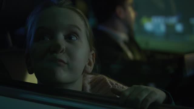 vídeos de stock e filmes b-roll de girl pushing face against car window - empurrar atividade física