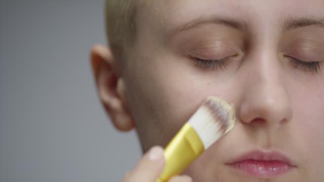 vidéos et rushes de la fille met la base sur son visage. vidéo de mode. maquillage. 4k 30fps prores 4444 - fard à paupières