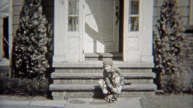 1938: mädchen auf skates und kreuzfahrt auf dem bürgersteig. - editorial videos stock-videos und b-roll-filmmaterial