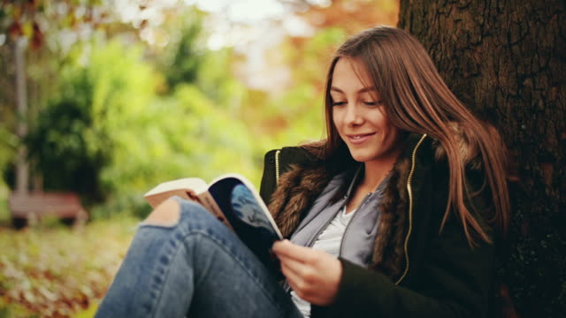 flicka som läser en bok - endast en tonårsflicka bildbanksvideor och videomaterial från bakom kulisserna