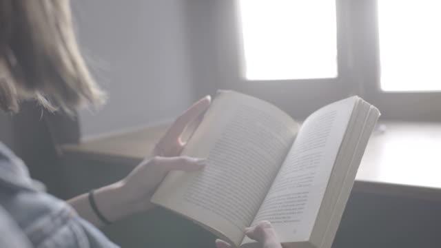 girl reading book - reading стоковые видео и кадры b-roll