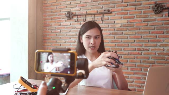 Jeune fille enregistrement vidéo pour afficher les informations de bricolage et produit - Vidéo
