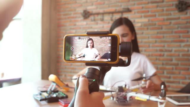 dziewczyna nagrywanie wideo do wyświetlania diy i informacje o produkcie - influencer filmów i materiałów b-roll
