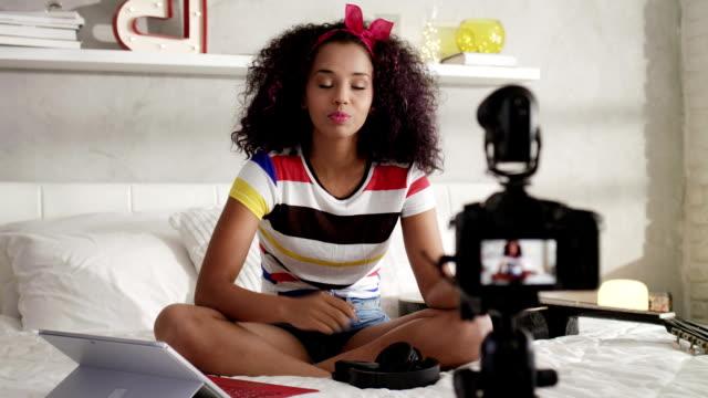 dziewczyna nagrywanie vlog wideo blog w domu z kamerą - influencer filmów i materiałów b-roll