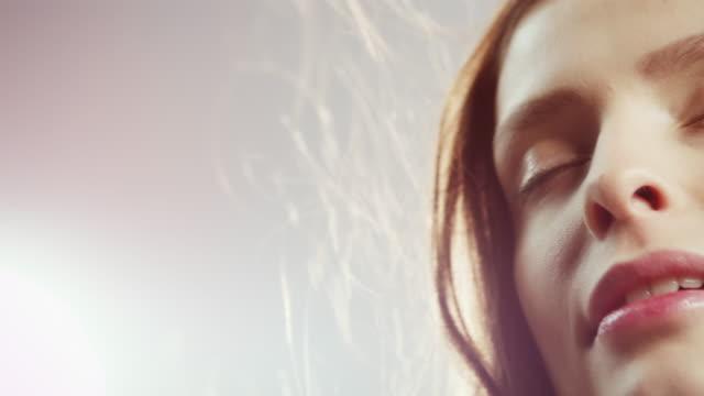 mädchen entspannend - kosmetische behandlung stock-videos und b-roll-filmmaterial