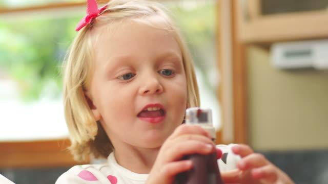 ragazza rimuove il tappo con denti - nastro per capelli video stock e b–roll