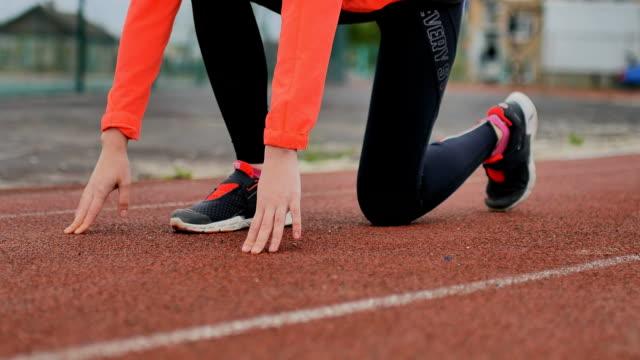 flicka-löpare som förbereder sig för att starta fitness - tävlingsdistans bildbanksvideor och videomaterial från bakom kulisserna