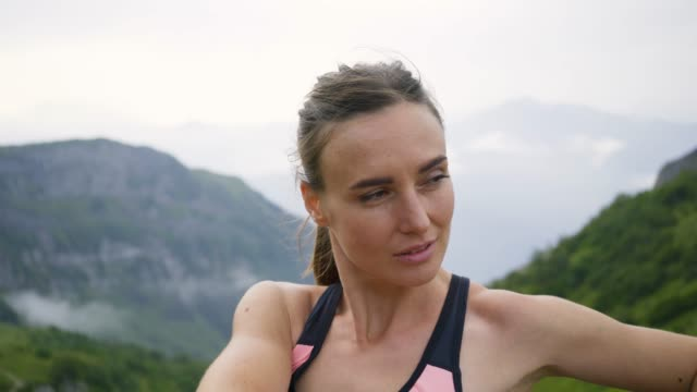 flicka löpare värma upp i berget - jogging hill bildbanksvideor och videomaterial från bakom kulisserna