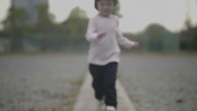 girl running in the garden - 2 3 anni video stock e b–roll