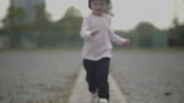 mädchen läuft im garten - 2 3 jahre stock-videos und b-roll-filmmaterial