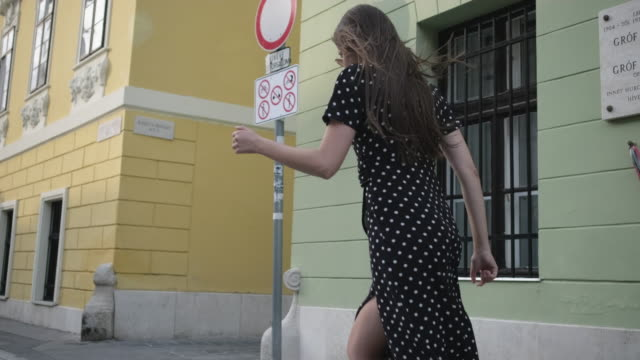 Girl running to her freedom and happiness - vídeo