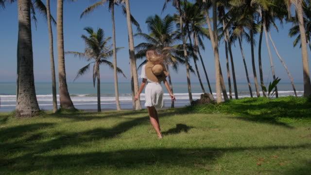 vídeos y material grabado en eventos de stock de chica corriendo hacia el océano. su sueño se hace realidad - espalda humana