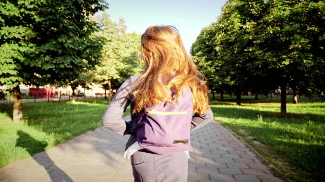 vídeos de stock e filmes b-roll de a girl running with a school bags - setembro