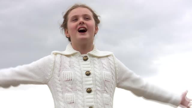 girl sings a song. - endast en tonårsflicka bildbanksvideor och videomaterial från bakom kulisserna