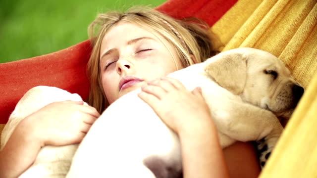 ragazza dorme con fiori in amaca - amaca video stock e b–roll