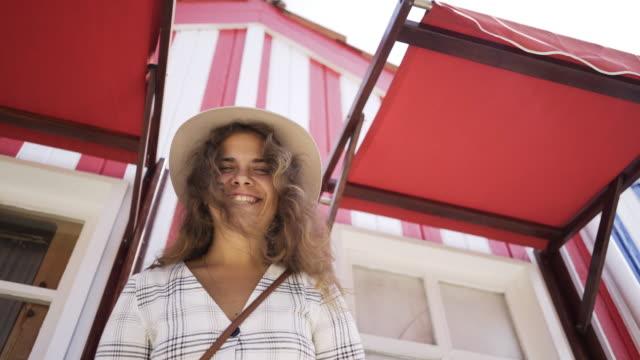 vídeos de stock e filmes b-roll de girl smiling and looking at camera - aveiro