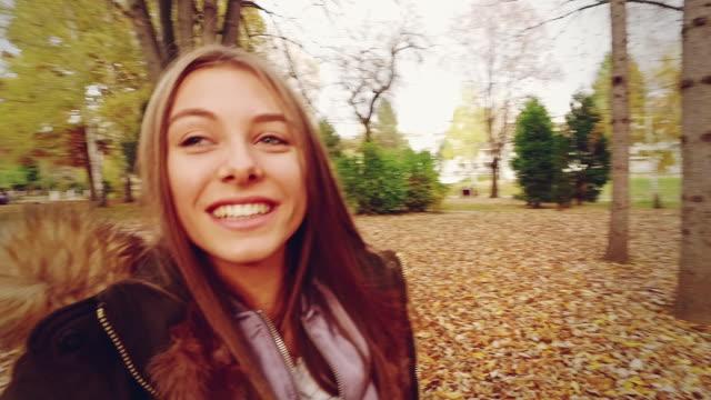 vidéos et rushes de jeune fille souriante. mouvement lent. - 18 19 ans