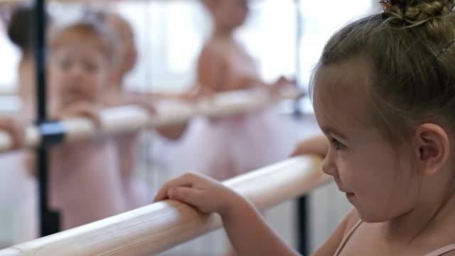 flicka som står på balett barre - balettstång bildbanksvideor och videomaterial från bakom kulisserna