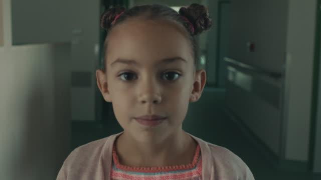 girl standing at hospital corridor - 8 9 anni video stock e b–roll