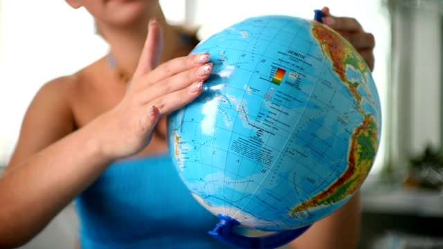 stockvideo's en b-roll-footage met girl studying a globe - bureauglobe