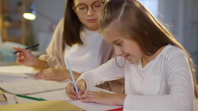 vídeos de stock, filmes e b-roll de menina estudando em casa com o tutor feminino - salas de aula