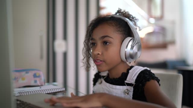 stockvideo's en b-roll-footage met meisje dat op een videovraag thuis bestudeert - online leren