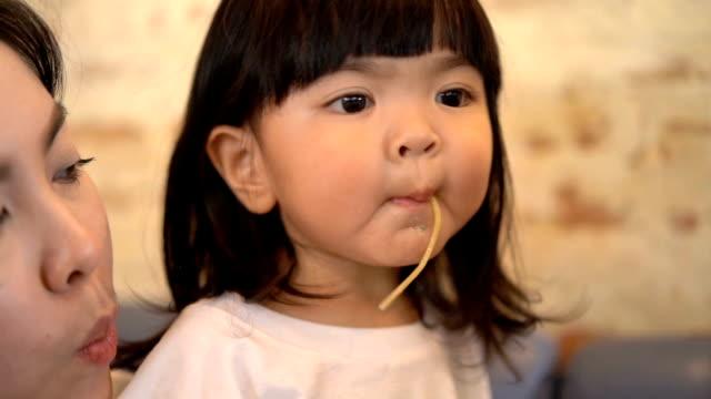 vidéos et rushes de jeune fille suce à spaghetti - spaghetti bolognaise