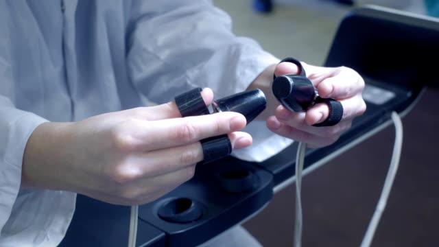 vídeos y material grabado en eventos de stock de una cirujano femenina realiza una operación en un paciente en realidad virtual. maneja los brazos de los brazos robóticos. nuevas tecnologías en medicina, innovaciones. tratamiento remoto de pacientes con cáncer e infectados - cirugía
