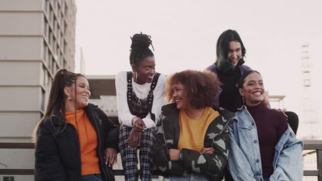 女の子トーク 101 - ファッション業界点の映像素材/bロール