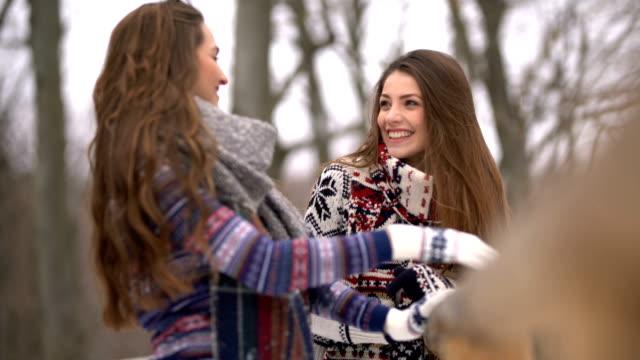 vídeos de stock, filmes e b-roll de garota talk - moda de inverno
