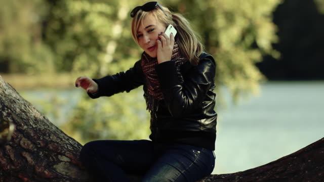 girl talking on telephone - endast en tonårsflicka bildbanksvideor och videomaterial från bakom kulisserna