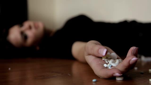 vidéos et rushes de adolescent fille empoisonné avec des pilules - fête de naissance