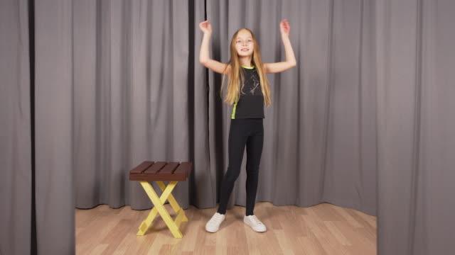 stockvideo's en b-roll-footage met meisje tiener poseren op mode fotosessie in de studio op grijze achtergrond - photography curtains