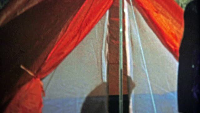 boulder, colorado. usa - 1974: mädchen testen sie ihre camping zelt für der girl scouts reise. - ferienlager stock-videos und b-roll-filmmaterial
