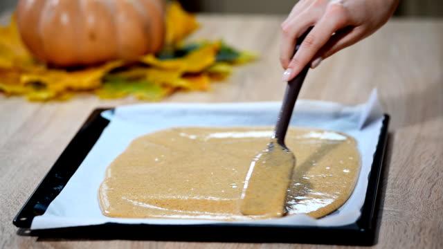Girl to cook pumpkin roll video