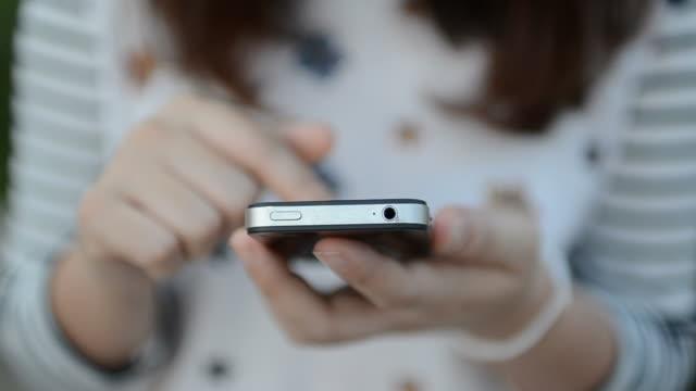 少女とスマートフォンを使用して接触し - オンラインメッセージ点の映像素材/bロール