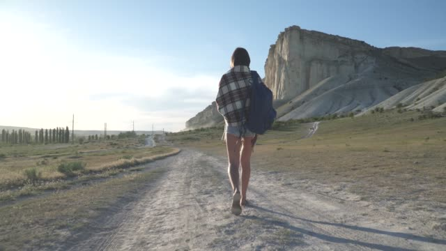girl traveler goes to the white cliff video