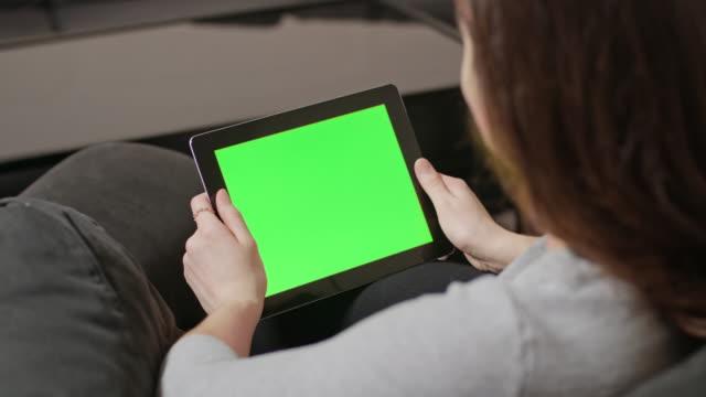 vídeos de stock e filmes b-roll de girl using digital tablet pc with blue screen - empurrar atividade física