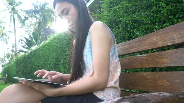 mädchen mit digitalen tablet - verbogen stock-videos und b-roll-filmmaterial