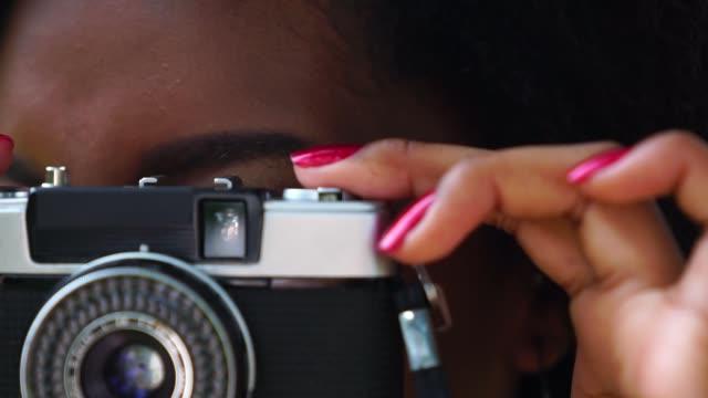 Chica con cámara de Retro - vídeo
