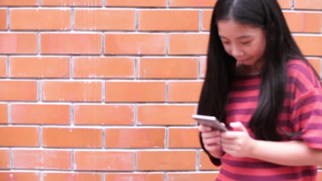 Chica mediante teléfono inteligente - vídeo
