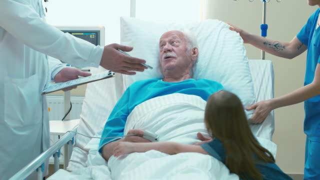 flicka som besöker sin farfar i sjukhusets rum - hospital studio bildbanksvideor och videomaterial från bakom kulisserna