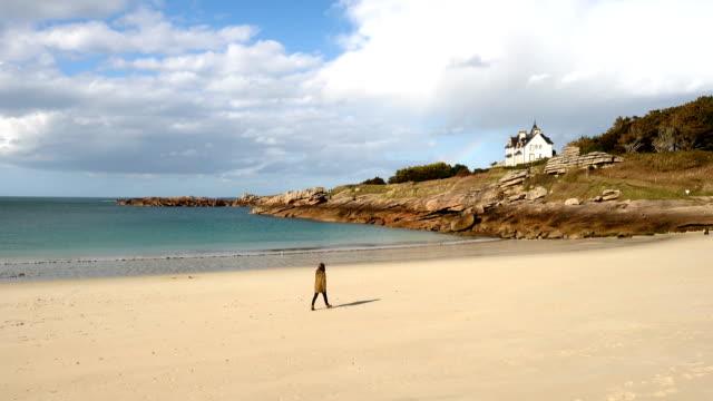 vidéos et rushes de fille de marche de la plage déserte - bretagne